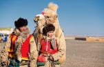 Ungt par med kamel om vinteren © KinaReiser as
