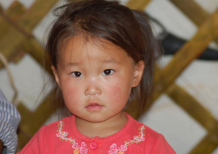 En liten pike i en ger ser nysgjerrig på fotografen © KinaReiser as